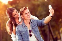 Jong de herfstpaar die selfie maken royalty-vrije stock afbeelding