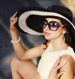 Jong de zomermeisje die een hoed dragen Stock Afbeeldingen