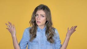Jong die Meisje met Frustratie en Woede op Gele Achtergrond wordt geïsoleerd stock video