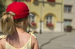 Jong die meisje in straat wordt bevonden Royalty-vrije Stock Fotografie