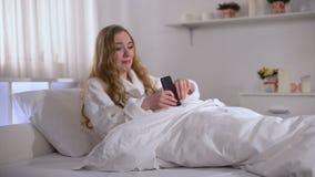 Jong die vrouw het typen bericht aan vriend met haat, in liefde wordt teleurgesteld stock videobeelden
