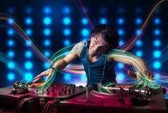 Jong DJ die verslagen mengen met kleurrijke lichten stock illustratie