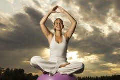Jong donkerbruin meisje dat yoga uitvoert Royalty-vrije Stock Foto