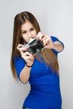 Jong donkerbruin meisje die camera met behulp van. Royalty-vrije Stock Foto's