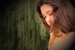 Jong donkerbruin Meisje in diepe gedachte stock foto
