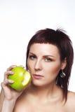 Jong donkerbruin meisje met een appel in zijn hand op een witte achtergrond Royalty-vrije Stock Fotografie