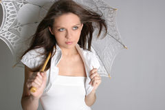 Jong donkerbruin meisje met paraplu in wit Stock Foto's