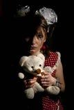 Jong droevig meisje met teddybeer Royalty-vrije Stock Afbeeldingen