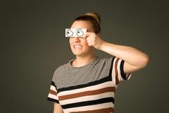 Jong dwaas meisje die met hand getrokken oogballen kijken op papier Stock Afbeelding