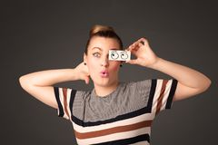 Jong dwaas meisje die met hand getrokken oogballen kijken op papier royalty-vrije stock foto's