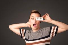 Jong dwaas meisje die met hand getrokken oogballen kijken op papier Royalty-vrije Stock Fotografie