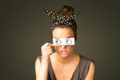 Jong dwaas meisje die met hand getrokken oogballen kijken op papier Royalty-vrije Stock Foto