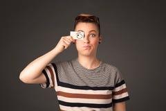 Jong dwaas meisje die met hand getrokken oogballen kijken op papier Stock Foto's