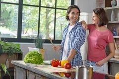 Jong echtpaar die gezond voedsel voorbereiden stock afbeeldingen