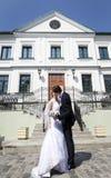 Jong echtpaar, die naast architecturale plaats kussen Royalty-vrije Stock Afbeelding