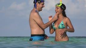 Jong Echtpaar die in Oceaanvakantie zwemmen stock footage