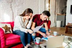 Jong echtpaar met financiënproblemen en emotionele spanning stock afbeeldingen