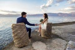 Jong echtpaar op een zeekustpromenade royalty-vrije stock afbeelding