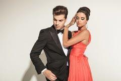 Jong elegant paar dat neer kijkt Royalty-vrije Stock Fotografie