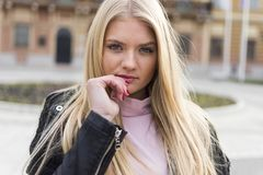 Jong en aantrekkelijk meisje met lang blond haar en blauwe ogen royalty-vrije stock foto