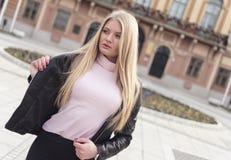 Jong en aantrekkelijk meisje met lang blond haar en blauwe ogen stock fotografie