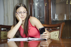Jong en meisje die leren texting Royalty-vrije Stock Foto