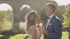 Jong en mooi huwelijkspaar samen Mooie bruidegom en bruid De dag van het huwelijk Langzame Motie stock footage