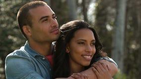 Jong en paar dat omhelst glimlacht stock videobeelden
