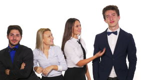 Jong en succesvol commercieel team die en een grappig ogenblik glimlachen hebben samen - studioschot stock video