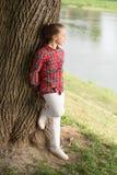 Jong en vrij Modieus leuk kind op natuurlijk landschap Aanbiddelijk kind met lang blond haar in toevallige plaidstijl stock fotografie