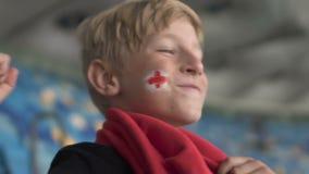 Jong Engels ventilator het vieren doel, toejuichend en ondersteunend gelukkig voetbalteam, stock videobeelden