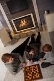 Jong familie het spelen schaak Stock Afbeelding
