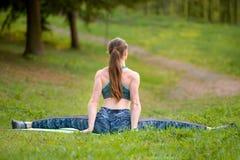 Jong flexibel meisje, die op de uitgerekte streng zitten, alvorens op te leiden stock afbeeldingen