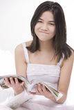 Jong geërgerdi tienermeisje in witte kleding, Royalty-vrije Stock Foto's
