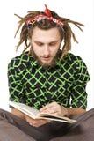 Jong geïsoleerd de lezingsboek van de dreadlockmens stock foto's