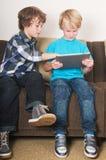 Jong geitje dat aan een tabletcomputer werkt Royalty-vrije Stock Afbeelding