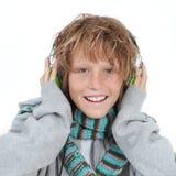Jong geitje dat aan muziek luistert Stock Foto