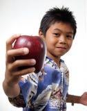 Jong geitje dat appel aanbiedt Stock Foto