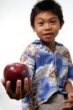Jong geitje dat appel aanbiedt Stock Fotografie