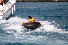 Jong geitje dat door een boot wordt gesleept Stock Afbeelding