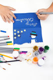 Jong geitje dat Kerstmisprentbriefkaar maakt Stock Afbeelding