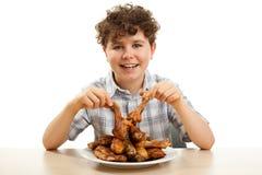 Jong geitje dat kippentrommelstokken eet Stock Foto's