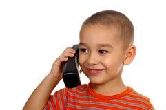 Jong geitje dat oude telefoon uitnodigt 5 jaar royalty-vrije stock foto's
