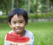 jong geitje dat watermeloen eet Stock Afbeeldingen