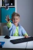 Jong geitje die bal van document werpen Stock Foto's