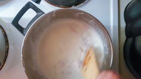 Jong geitje die Carbonara-saus voor spaghetti koken stock footage