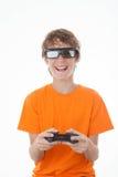 Jong geitje die 3D spel met controle spelen Royalty-vrije Stock Afbeeldingen