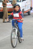 Jong geitje die de fiets met enthousiasme in de rit van de republiekdag berijden Royalty-vrije Stock Afbeeldingen