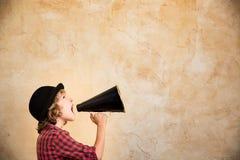 Jong geitje die door megafoon schreeuwen Stock Fotografie