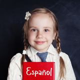 Jong geitje die het Spaans in taalschool leren Gelukkig meisje royalty-vrije stock foto's